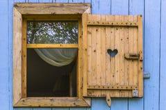 Fenster mit Vorhängen Stockfotografie