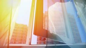 Fenster mit Vorhängen und einer Ansicht des Himmels und der Stadt Begriffsgeschichte des Raumes und des offenen Windows stock video footage