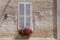 Fenster mit weißen Blendenverschlüssen stockfoto