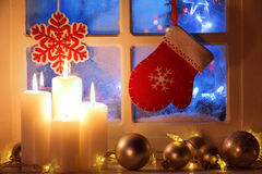 Fenster mit Weihnachtsdekoration stockfotografie