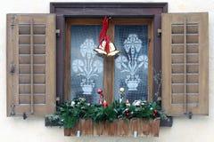 Fenster mit Weihnachtsdekoration Lizenzfreies Stockfoto