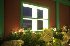 Fenster mit Weihnachtsdekorationen Lizenzfreies Stockbild
