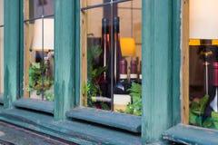 Fenster mit Weinflaschen stockfotos