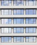 Fenster reflektieren den Himmel am sonnigen Tag Lizenzfreies Stockfoto