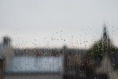 Fenster-Regentropfen - Archivbild Stockfotografie