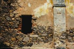 Fenster, Steinwand, sehr alter und historischer Platz Stockfotografie