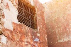 Fenster und alte alte Wand der Belüftung und des Schmutzes Lizenzfreie Stockbilder