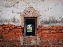 Fenster und alte Backsteinmauer Stockbild