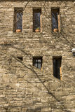 Fenster und alter Stein stockbilder