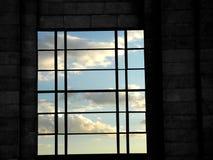Fenster und blauer Himmel Stockbild