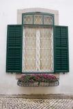 Fenster und Blumen Stockfoto