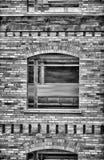 Fenster und die alte Backsteinmauer-Malerei BW Lizenzfreie Stockfotos