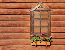 Fenster und die Wand des Blockhauses Lizenzfreie Stockfotos
