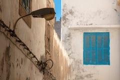 Fenster und eine Straßenlaterne, Marokko Lizenzfreies Stockfoto