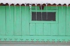 Fenster und Eiszapfen   Stockfoto