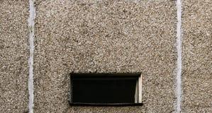 Fenster und grauer Block ummauern Beschaffenheit eines Wohnungshohen gebäudes Stockbilder