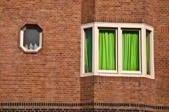 Fenster und grüner Trennvorhang Lizenzfreies Stockbild