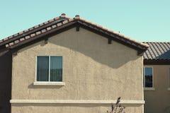 Fenster und Haus lizenzfreie stockfotos