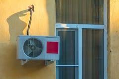 Fenster und Klimaanlage auf Fassade Stockfotos