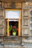 Fenster und rote Blumen, Schönheit Lizenzfreie Stockfotografie