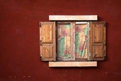 Fenster und rote Wand Stockbild