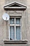 Fenster und Satellitenschüssel Stockfoto