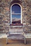 Fenster und Steinwand Stockfoto