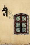 Fenster und Straßenlaterne Stockbild