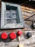 Fenster und Töpfe auf einem alten Haus Stockbilder