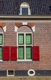 Fenster und Vorhänge eines traditionellen niederländischen Hauses in Alkmaar Stockfotografie