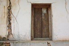 Fenster und Wände haben Sprünge stockfoto