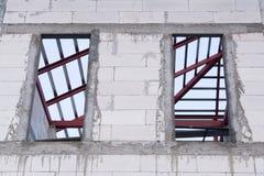 Fenster und weiße Betonmauer des neuen Hauses an der Baustelle Stockfoto