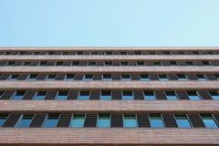 Fenster- und Ziegelsteinfassade in Barcelona lizenzfreie stockbilder