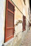 Fenster varano hölzerne Jalousien der Ziegelstein Lizenzfreies Stockfoto