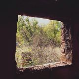 Fenster in verlassenem luftgetrocknetem Ziegelstein Stockfotos
