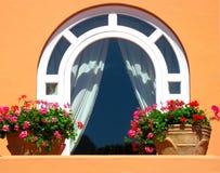 Fenster verziert mit Blumen Lizenzfreie Stockfotos