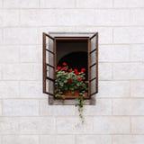 Fenster verziert mit frischen Blumen Stockfotos