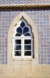 Fenster von nationalem Palast Pena-Sintra, blaue Glasur deckt Wand mit Ziegeln Stockfotografie