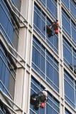Fenster-waschendes Duo stockfotografie