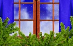 Fenster, Weihnachtsbaumast und Nachtschneenatur Lizenzfreie Stockbilder