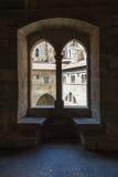 Fenster, welches die Wände des Hofes des päpstlichen palac übersieht Lizenzfreies Stockfoto