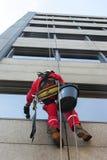 Fensteralpinistwaschmaschinen der großen Höhe Stockfoto