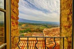 Fensteransicht in HDR von Crillon-Le-tapferem über Provence in Frankreich Stockfotos