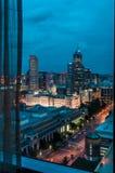 Fensteransicht von im Stadtzentrum gelegenem Indianopolis Stockfotos