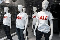 Fensteranzeige mit Mannequins und Text Verkauf Lizenzfreies Stockfoto
