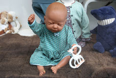 Fensterbaby - Puppe Stockfotografie