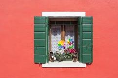 Fensterdekoration in einer kleinen Insel von Burano in Venedig an einem sma Stockfotos