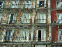 Fensterdesignarchitektur auf Piazza-Bürgermeister Madrid Spain Lizenzfreies Stockbild
