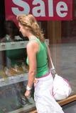 Fenstereinkaufen Stockfotos