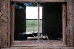 Fensterflüchtiger blick in das ein historische Haus des Raumes Schul lizenzfreie stockfotografie